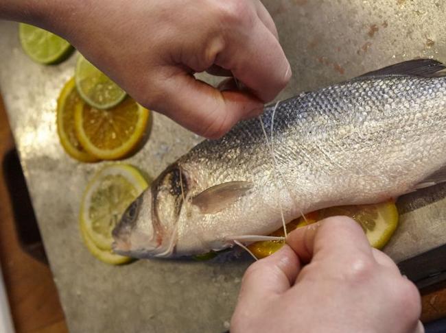 Barbecuetip: Zo kleeft je vis nooit meer aan het rooster