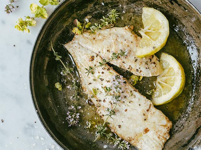 Gebakken vis met citroen en verse kruiden