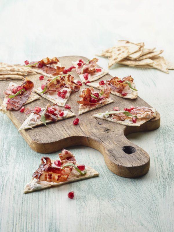 Tunnbröd met dadelroomkaas en gekaramelliseerd spek