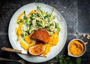 Tikka masala gehaktbal met wortel-gembercrème en komkommersalade