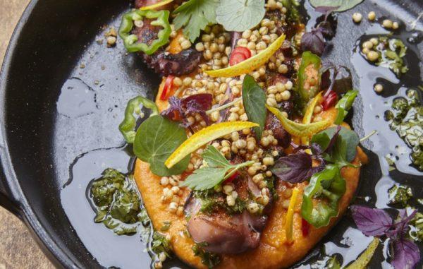 Gegrilde pulpo met paprikahumus en gepofte quinoa