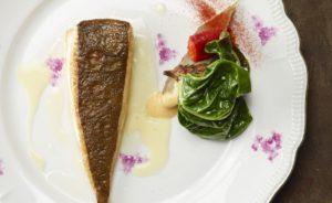 Gebakken pladijs, warmoes, paprika, aardpeer en beurre blanc