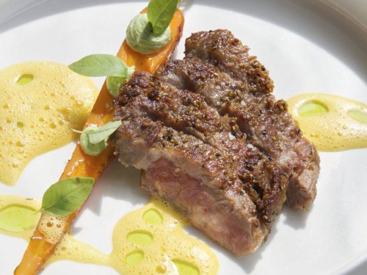 Pluma Iberico met gepofte wortel, jus van wortel en dragonmayonaise