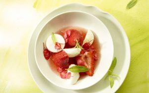 Rabarbersoep met aardbeien, meringue, citroenverbena en bloesems