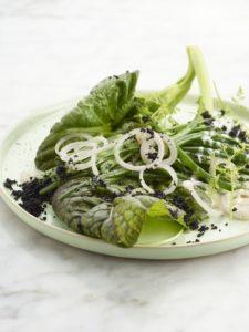 Salade van mosterdblad, yoghurt, olijf, boontjes en sjalot