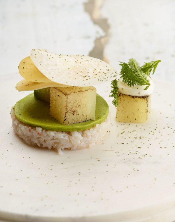 Tartaar van krab met avocado, rammenas en platte kaas
