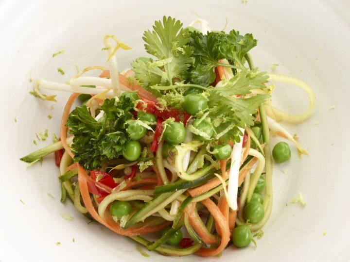 Thaise salade met lokale zomergroenten