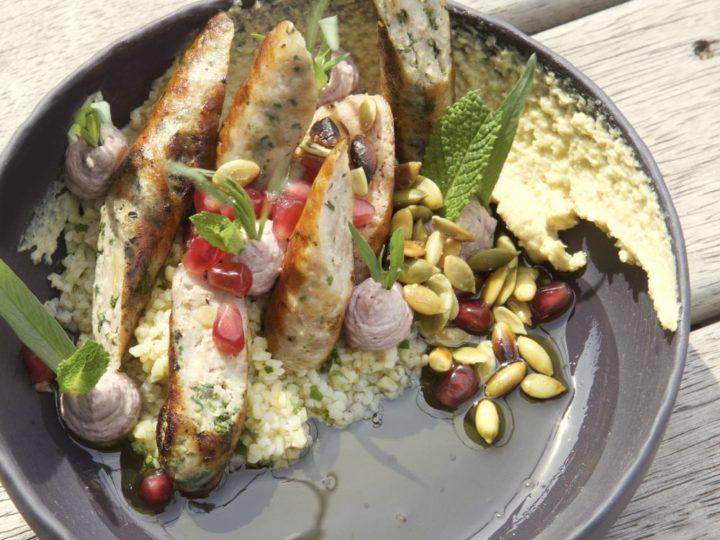 Varkensworstjes met hummus, bulgur en olijf