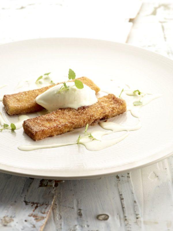 Verloren brood met crème anglaise en vanille-ijs