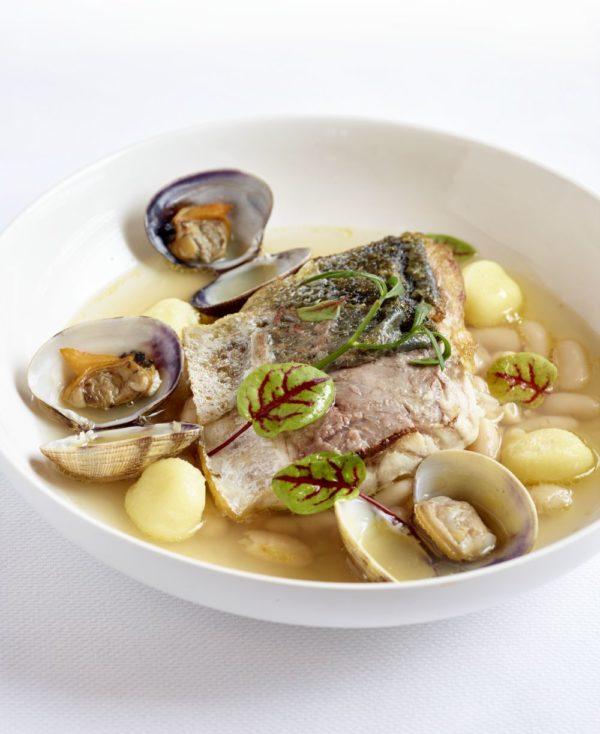 Wilde zeebaars met gnocci, witte bonen en vongole