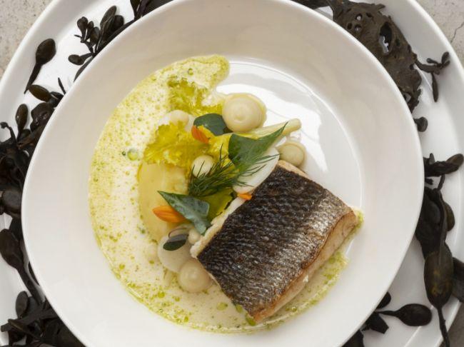 """Wilde zeebaars – ratteaardappel – tuinboon – knolselder – zeekool – beurre blanc """"dashi"""""""
