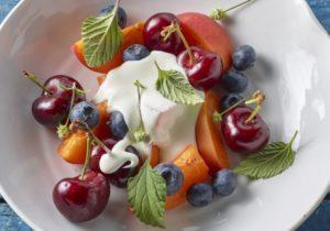 Zomerfruit met witte chocolade, yoghurt en verbana