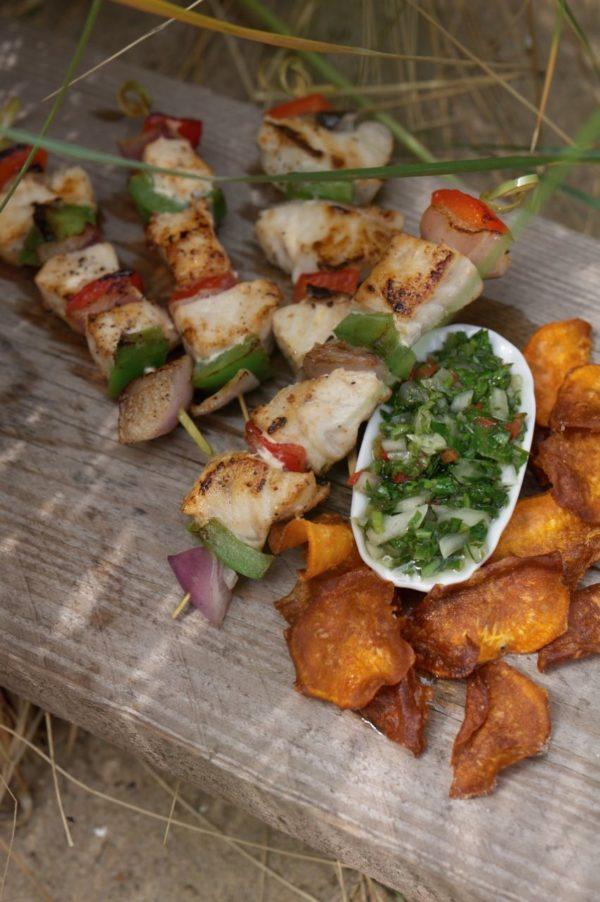 Zwaardvis met chimichurri en chips van zoete aardappel