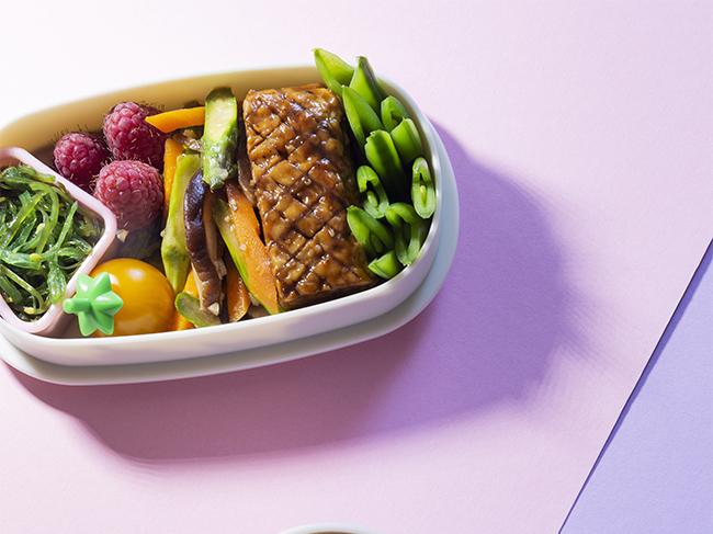 Vegetarische Charaben met inari sushi en tempeh yakitori