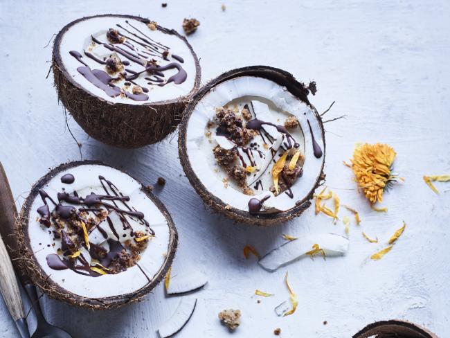 Kokos-ricottamousse in een kokosnoot met koffiekruim